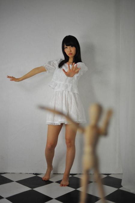 ★★★★★ モデルさんより手前の者がボケる事を前ボケと言います。 後ろより、前の方がよりボケやすい。